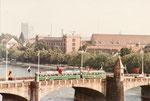 Ein DÜWAG-Tramzug mit Anhänger überquert 1972 die Mittlere Brücke. Dank einem positiven Ausgang in einer Volksabstimmung wurden die DÜWAG-Trammotorwagen angeschafft!