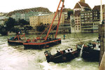 Die Bergung der «Corona» durch das schwere Kranschiff «Korsar» an der Mittleren Brücke in Basel im September 1984