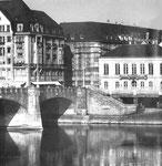 Blick gegen den Kleinbasler Brückenkopf der Mittleren Brücke, von links nach rechts: Modehaus Wohl, Cinema Odeon und Café Spitz, 1958