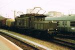Die Güterzug E-Lokomotive BR E194-193-9 während der Durchfahrt im Bad.Bahnhof Basel, 1980