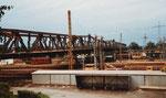 Die Autobrücke in Weil mit den Bahnanlagen am Bahnhof, November 1982