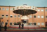Der in die Höhe ausfahrbare Kettenflieger vor der Rundhofhalle während der Herbstmesse 1983