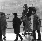 Vogel Griff 1959,  Der Vogel Gryff und der Leu begrüssen den Wilden Mann, der vom Floss steigt