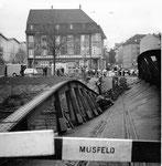 Der Einsturz der Wiesenbrücke (Eisenbogenbrücke) durch eine falsche Manipulation eines Arbeiters,  Blickrichtung Kleinhüningen, 1960