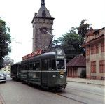 Der Tramzug mit Motorwagen Be 4/4 Nr. 401 auf der Linie 15 vor dem St.Johanns-Tor, 1969
