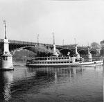 Die Johanniterbrücke mit dem BPG-Personenschiff «Rheinfelden» im Jahre 1960
