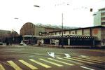 Der Vorplatz zur Kongresshalle 8 (Basler Halle) während der Herbstmesse 1977 (Autoskooter Marcelli)