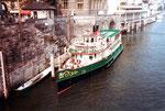 Das Personenschiff «MS Baslerdybli« mit Baujahr 1980 an der Schifflände 1983