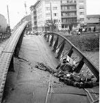 Die eingestürzte Wiesenbrücke (Eisenbogenbrücke) mit Blick Richtung Kleinhüningerstrasse, 1960 (durch ein Missverständnis durchtrennte ein Arbeiter den tragenden Brückenbogen, statt des Geländers)