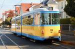 Ein Trammotorwagen der «Thüringer Waldbahn« in einer Strasse von Gotha, Oktober 2018
