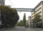 Der betriebsinterne Fussgänger-Verbindungssteg der CIBA über die Klybeckstrasse (diese Fachwerkbrücke wurde am 21.Dezember 1948 von 2.30 bis 2.45 Uhr hochgezogen), September 2016