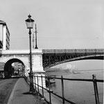 Der Grossbasler Brückenkopf der ästhetisch schönen Johanniterbrücke, im Hintergrund der St.Johann-Hafen, 1960