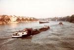 Reger Schiffsverkehr zwischen Mittlere- und Wettsteinbrücke, im Vordergrund das Tankschiff «Niesen« gezogen vom Schlepper «Vogel Gryff», 1980