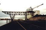 Einer der beiden Krane der Rheinischen Güterumschlags AG (vorm.Rheinischen Kohlenumschlags AG) im Klybeck-Hafen, 2001
