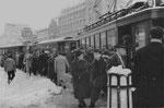 Gedränge an der Haltestelle Aeschenplatz auf der Linie 12 Richtung Muttenz, 1960