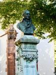 Das Hebel-Denkmal vor der Peterskirche am Petersplatz von Max Leu 1897 (Bronceguss auf Marmorsockel) im Juni 2017
