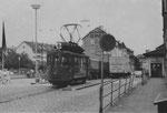 Der Trammotorwagen Be 2/2 Nr. 46 der Lörracher Linie 6 wartet an der Grenze Riehen auf Fahrgäste aus Basel, 1960
