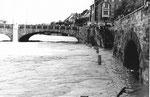 Die Schifflände bei Hochwasser mit Blick auf die Mittlere Brücke, 1970