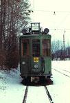 Eine Frontansicht des Trammotorwagens Be 2/2 Nr. 161 in der Abstellanlage beim Eglisee im Winter 1972