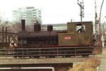 Eine der beiden Rheinhafen-Dampflokomotiven der Schweizerischen Reederei auf einer der Wiesenbrücke im Rheinhafen, 1973