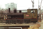 Eine der beiden Rheinhafen-Dampflokomotiven E 3/3 Nr.8474 der Schweizerischen Reederei auf einer der Wiesenbrücke im Basler Rheinhafen, 1973 (Diese Lokomotive steht nun im Locorama in Romanshorn)