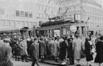 Gedränge am Aeschenplatz auf das Tram der Linie 1 Richtung Bahnhof SBB, 1964