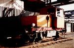 Die Diesel-Rangierlokomotive vom Hafenbecken 2 unter den Kohlenabfüllanlagen der Kohlenversorgungs AG, 1978