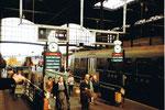 Der Bahnhof, die SBB Gleise 7+8, mit der Unterführung und mit den von Hand auswechselbaren Abfahrtstafeln, 1982
