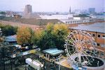 Die Herbstmesse mit der Bahn «Enterprise» (rechts) auf dem gesamten Messeplatz der Mustermesse, 1987