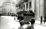 Generalstreik 1918 - Freie Strasse/Bankenplatz, Schweizer Armeeangehörige sind bereit auf streikende Arbeiter zu schiessen. Ist das der Sinn der Schweizer Armee?