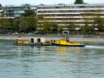 Ein Bau-Transport mit Betonteilen auf dem Rhein, 2015