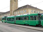Der Trammotorwagen Be 4/6 S Nr.678 mit dem Anhängewagen Nr.1478 an der Haltestelle Bad.Bahnhof im Juli 2015