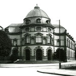Das schöne, leider abgerissne Eckgebäude der Universitätsbibliothek an der Schanzenstrasse im Jahre 1958