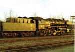 Die Güterzug-Dampflokomotive BR 051 858-9 im Gelände des BW Haltingen in der Abendsonne, 1971