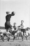 Der FCB-Torhüter Paul Wechlin hält ein Schuss während eines Matches auf dem Landhof 1941