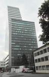 Das elegante 18-stöckige ROCHE-Hochhaus mit Baujahr 1960 vor dem neuen ROCHE-Turm, Mai 2018