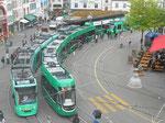 Zwei Tramzüge der neuesten Generation durchqueren den Barfüsserplatz, Mai 2017