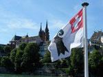 Das Basler Münster mit der Flagge der «Basler Rheinschifffahrts-Gesellschaft BRG«