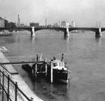 Die Johanniterbrücke mit dem Feuerlöschboot «St.Florian» im Jahre 1960
