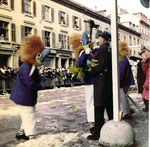 Die Fasnacht 1965 in der Clarastrasse beim Fasnachtscomité vor der Polizeikaserne.