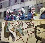 Die Fasnacht 1965 in der Clarastrasse mit dem Sujet «Oh je - Schwiizer Färngnaisse» (Im Hintergrund die alte Polizeikaserne)