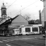Klybeckstrasse/Ecke Bläsiring mit dem Velogeschäft und Garage P.Chabeau, (früher Post PTT) im Hintergrund die Josephskirche, 1980