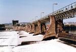 Das Stauwehr des Kraftwerks Rheinfelden, Ansicht von unten, 1983