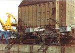 Blick auf das berühmte und schöne Bernoulli-Silo mit den Kranen 1 + 2 der Schweizerischen Reederei im Hafenbecken 1, 1983