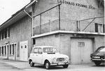 Das Restaurant «Krumme Eich» in Pratteln mit einem weissen Renault4 im Jahre 1967