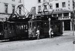 Zwei Trammotorwagen der Serie Be 2/2 der Lörracher Linie 6 kreuzen sich am Marktplatz mitten in Lörrach, 1960