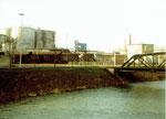 Blick auf die Tanklager und den Eingang der BP im Hafen Kleinhüningen 1976