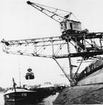 Der Klybeck-Hafen mit dem grossen Kran der Rheinischen Kohlenumschlags AG, 1959