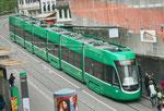 Der nigelnagelneue Flexiti-Tramzug Nr.5036 auf der Linie 3 an der Haltestelle Barfüsserplatz, Mai 2017