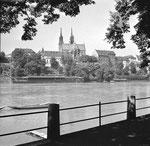 Blick vom Oberen Rheinweg gegen das Münster mit den beiden Rhybadhysli im Jahre 1958